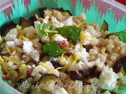 Insalata di grano, feta e melanzane grigliate